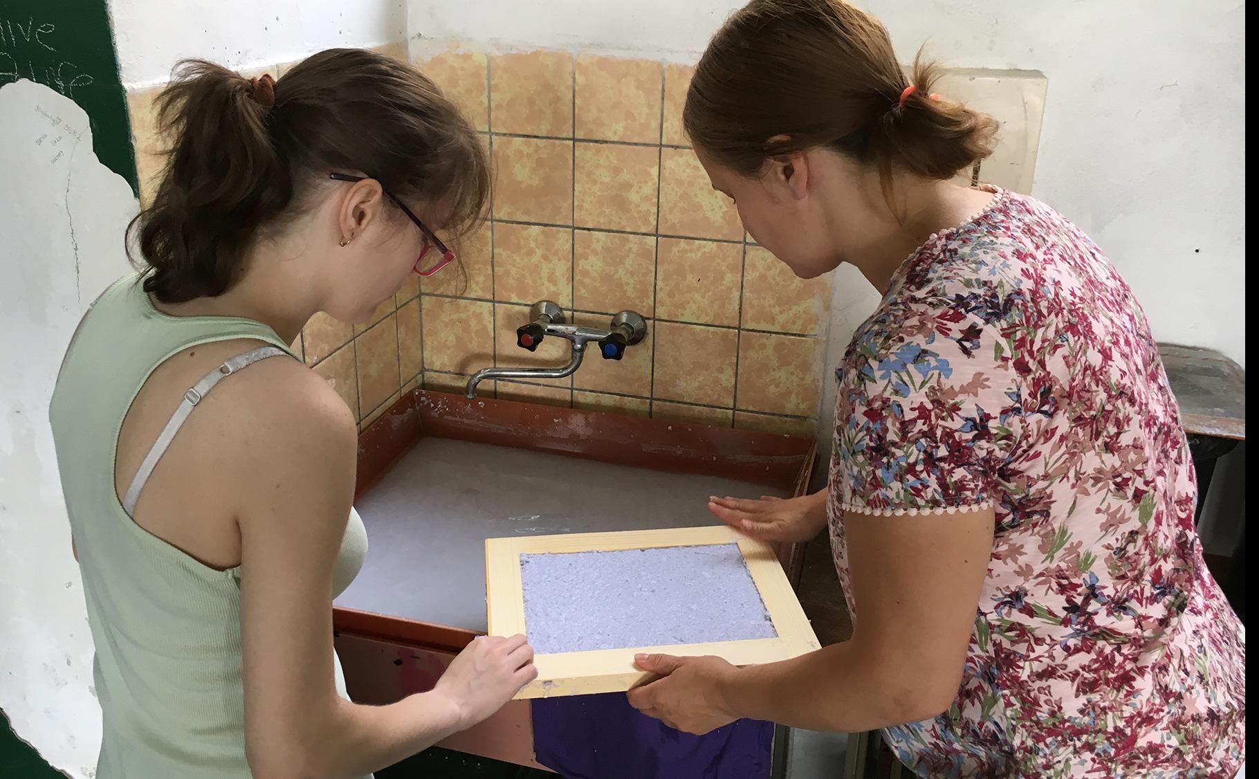 3df0ff520 Tento nápad výroby ručného papiera sa stretol zo strany žiakov s veľkým  ohlasom a preto sme odhodlaní v ňom pokračovať a prípadne ho rozšíriť.