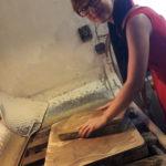 vyskúšali sme si brúsenie litografického kameňa